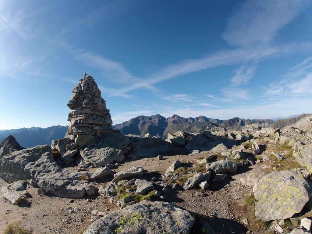 Cairn sommital avec massif du Montcalm au fond