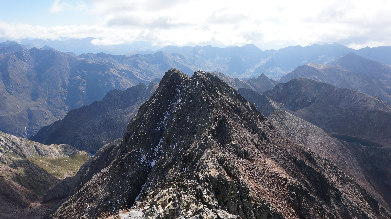 Pic du Montcalm (3077 m) – Pique d'Estats (3143 m) – Pic Verdaguer (3131 m) – Pointe Gabarro (3113 m) – Pic de Sotllo (3072 m) depuis l'Artigue