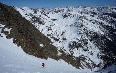 Couloirs abordables pour appréhender les pentes raides à ski